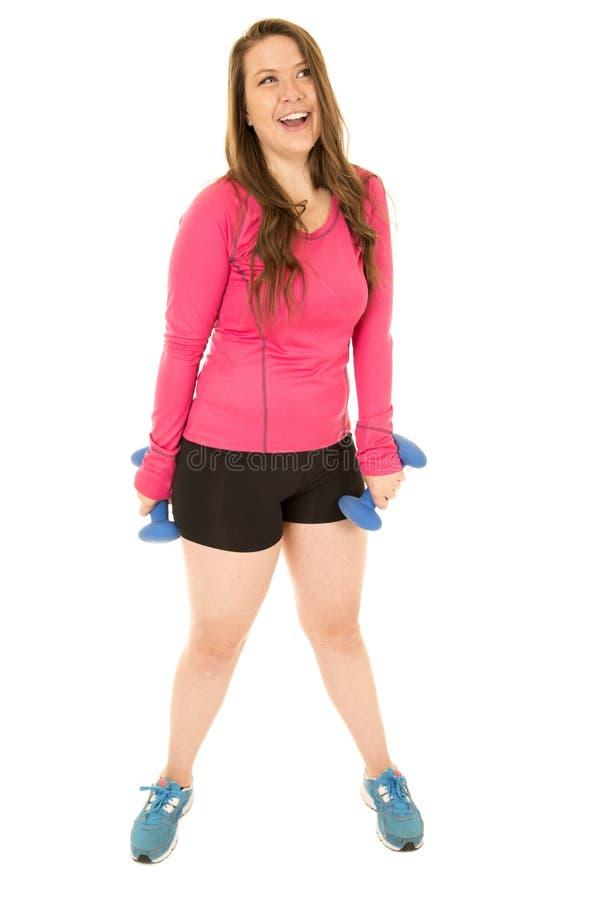 拿着杠铃的少妇佩带健身装备笑 免版税库存图片