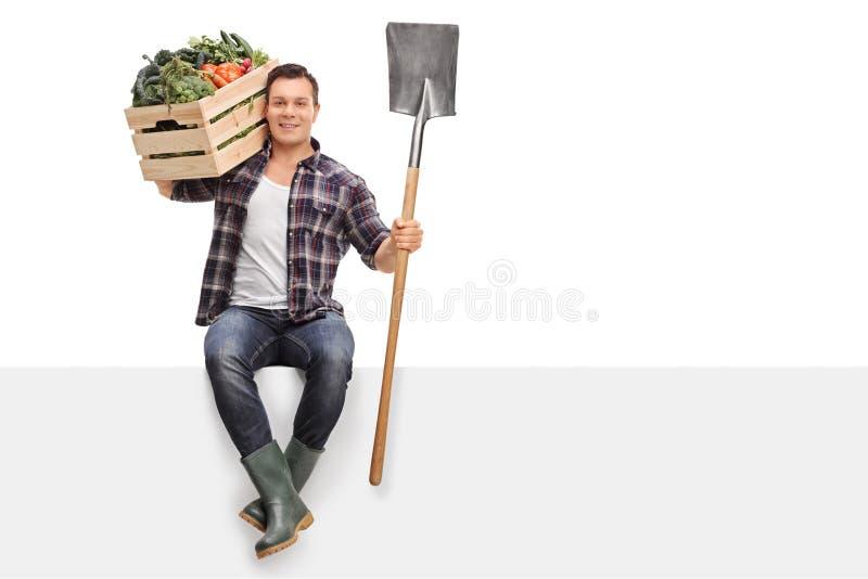 拿着条板箱和铁锹的农夫 免版税库存照片