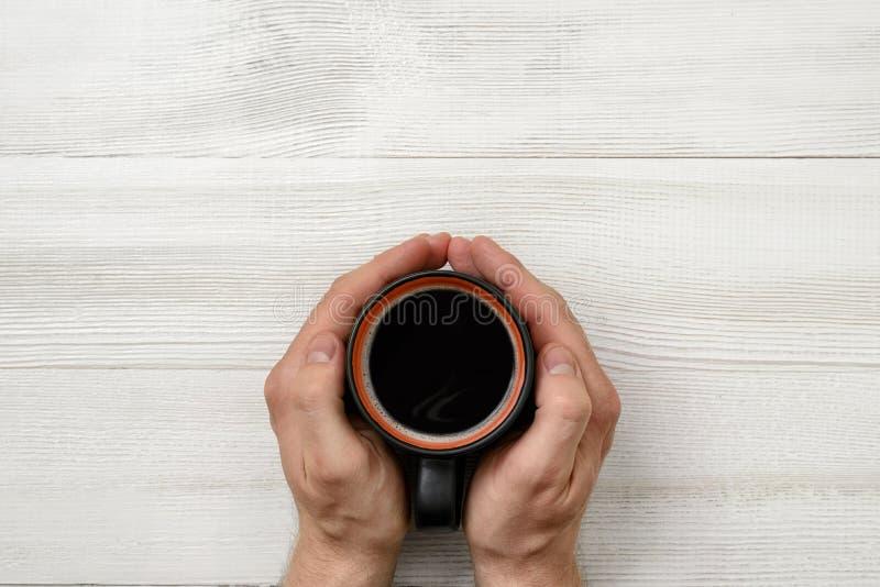 拿着杯子咖啡的人的特写镜头手 免版税库存照片
