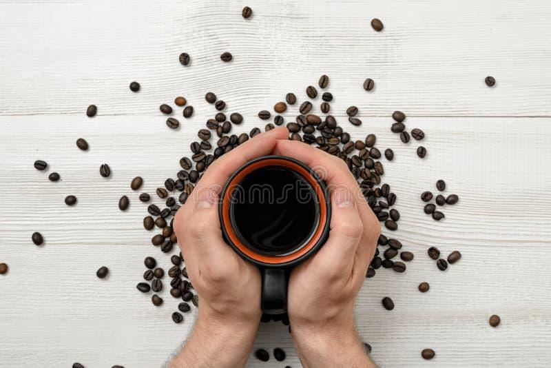 拿着杯子咖啡的人的特写镜头手 库存照片