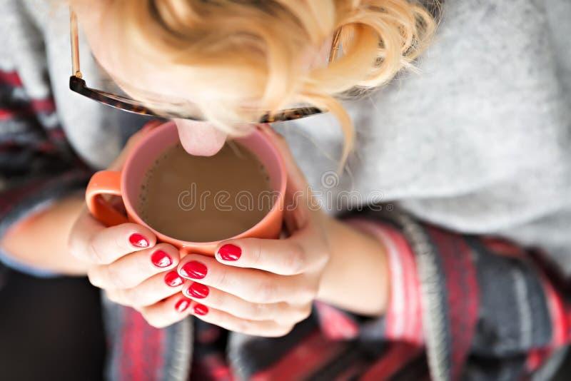 拿着杯子的妇女 免版税库存图片