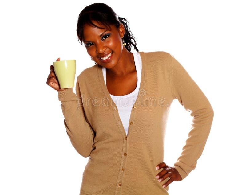 拿着杯子的美国黑人的少妇 免版税库存图片