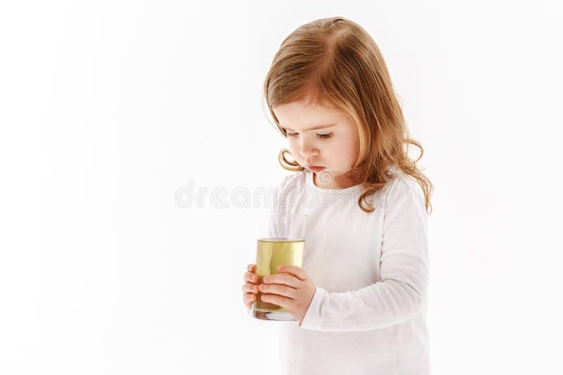 拿着杯肮脏的水的孩子 免版税库存图片