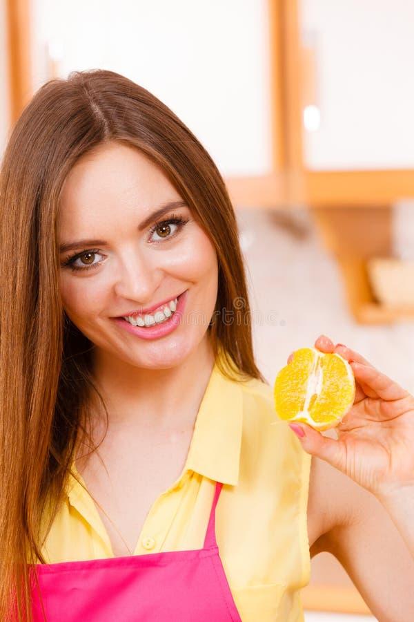 拿着果子的女性厨师 图库摄影