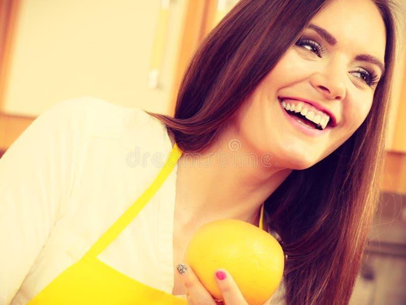 拿着果子的女性厨师 库存图片