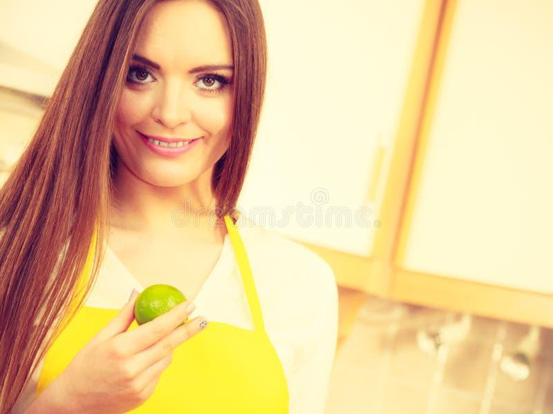 拿着果子的女性厨师 库存照片