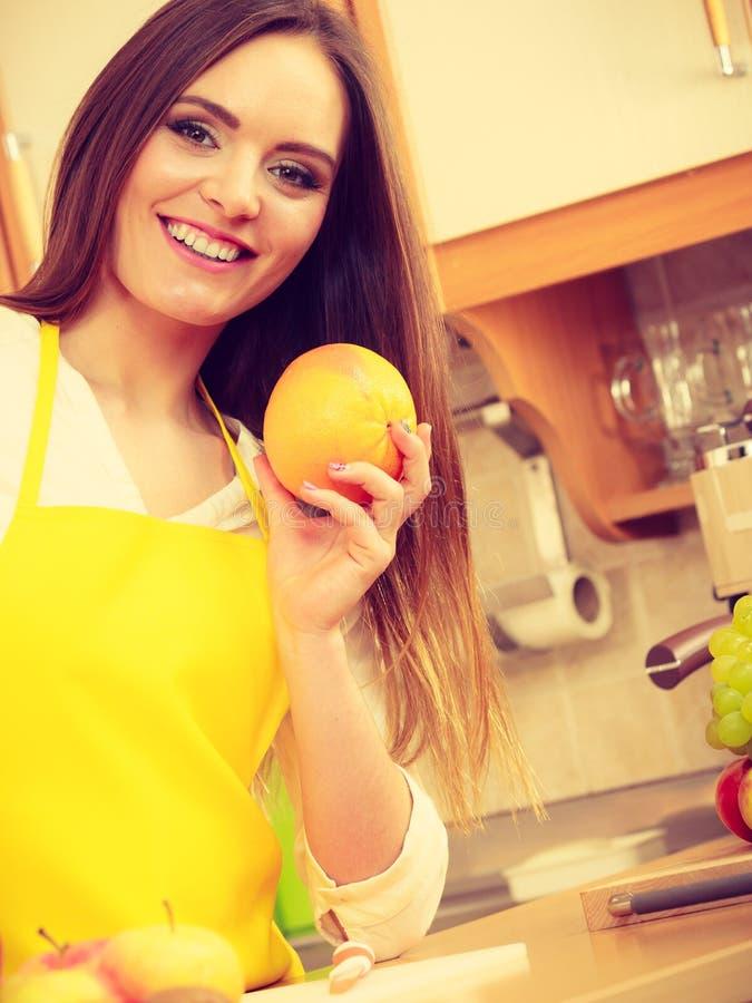 拿着果子的女性厨师 免版税库存图片