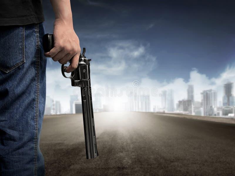 拿着枪的人手 免版税库存照片