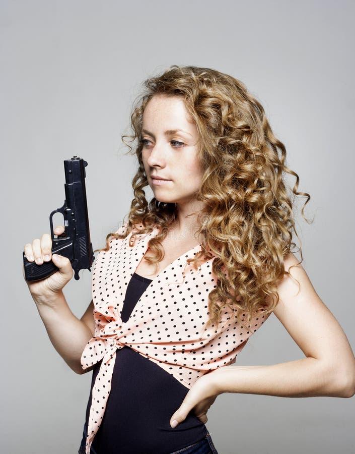 拿着枪的少妇 免版税图库摄影