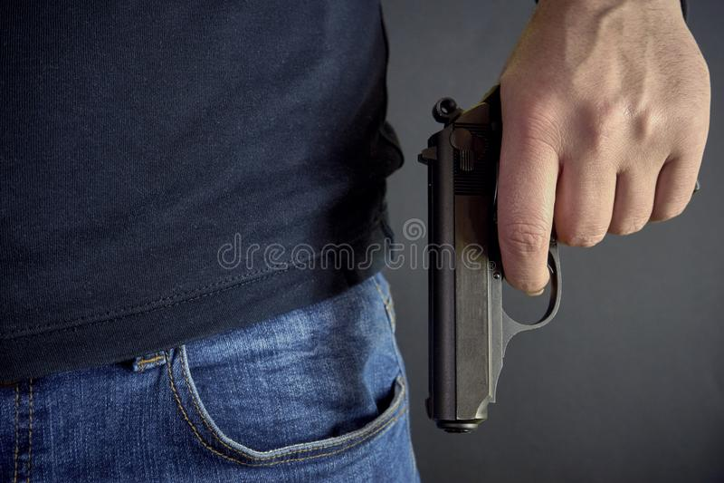 拿着枪边的凶手他,盗案,谋杀,罪行 免版税库存图片