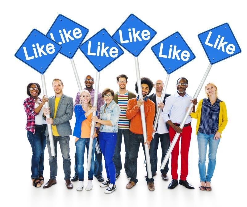拿着标志的小组愉快的不同种族的人民 免版税库存照片