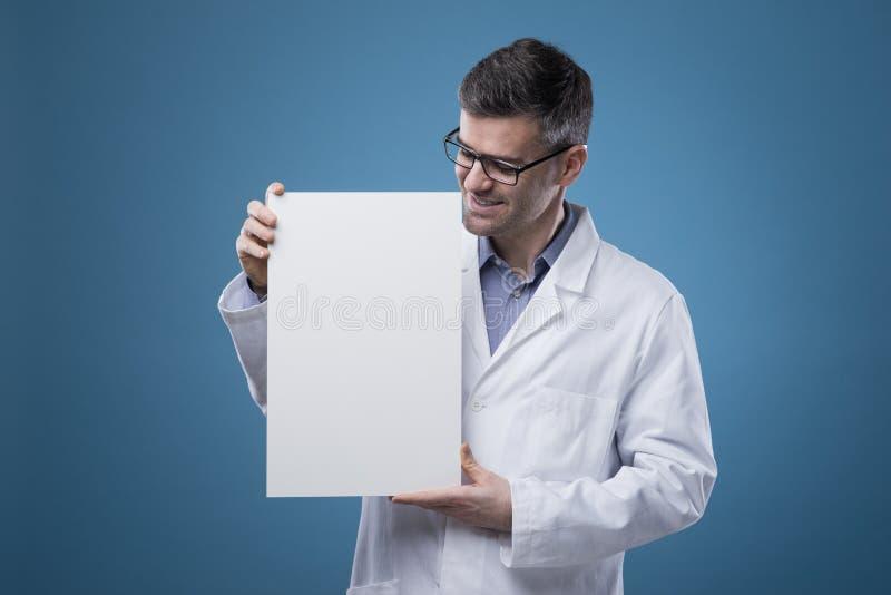 拿着标志的确信的医生 免版税库存图片