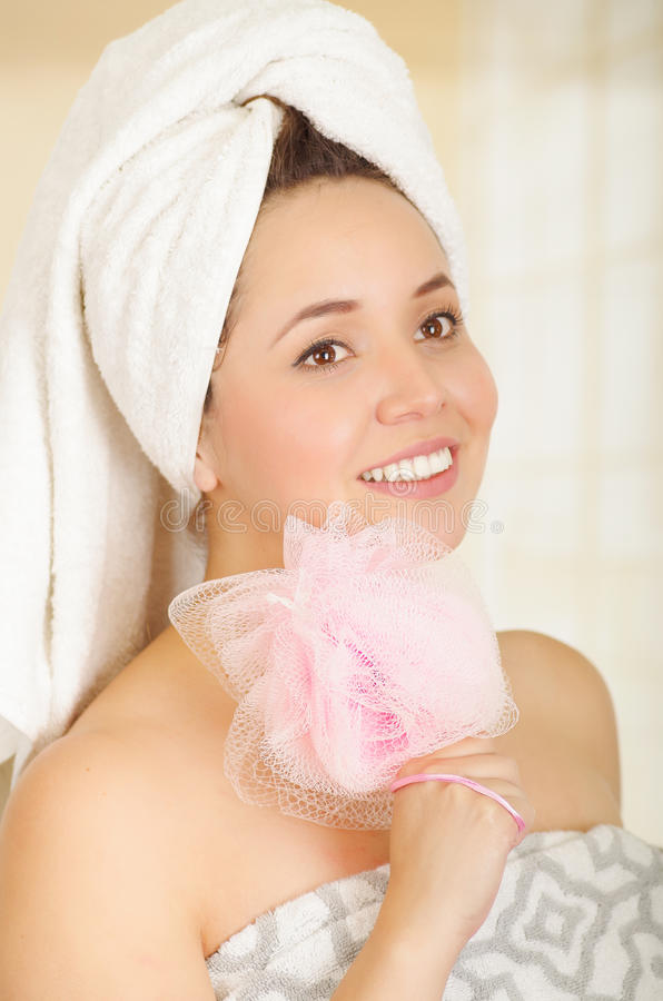 拿着桃红色丝瓜络身体海绵的美丽的新鲜的女孩佩带的毛巾 库存图片