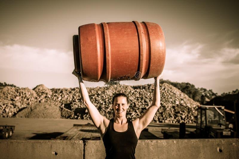 拿着桶的坚强的妇女顶上 免版税库存图片