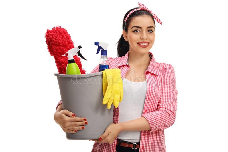 拿着桶的妇女有很多清洁产品和设备 库存图片