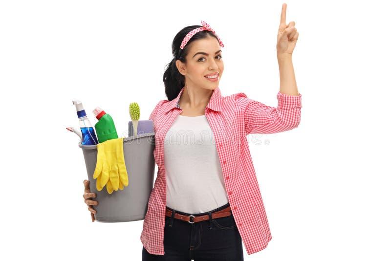 拿着桶的少妇用清洁产品和p填装了 免版税库存照片