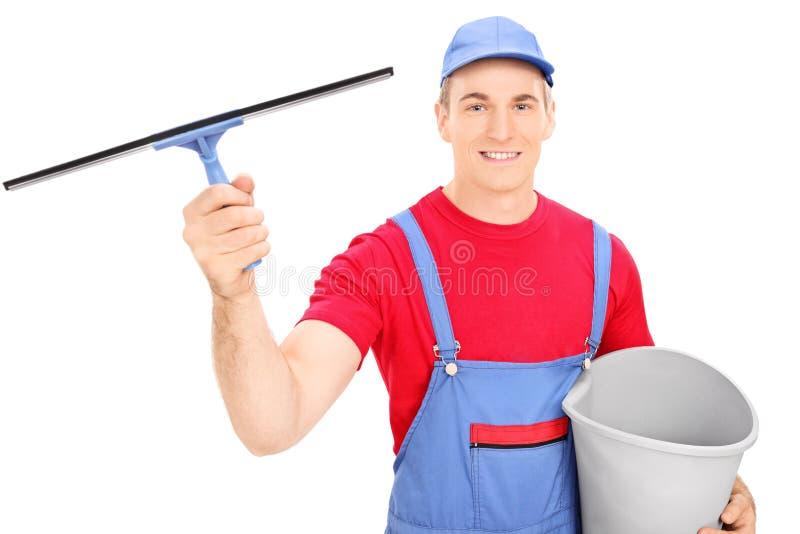 拿着桶的男性风窗清洁器 免版税库存图片