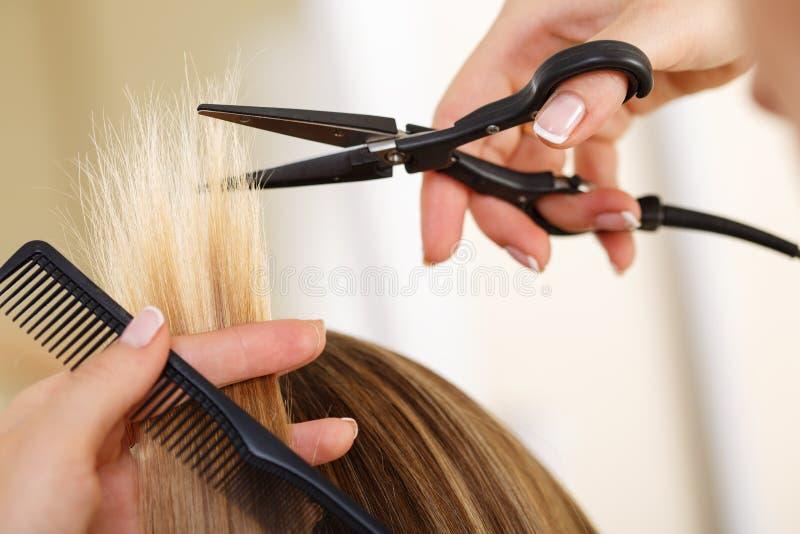 拿着梳子和热的上升暖流的女性手剪切削刀片 图库摄影