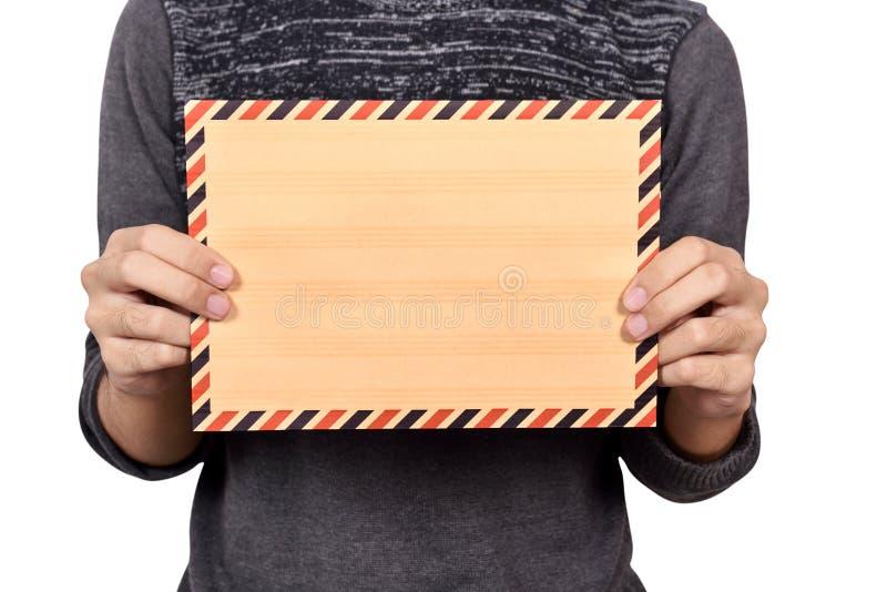 拿着棕色信封的人 免版税库存图片