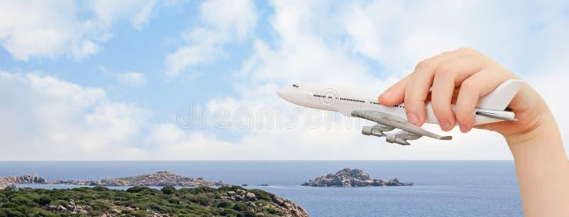 拿着模型飞机的儿童手。 免版税库存图片