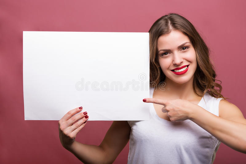 拿着横幅的美丽的妇女 免版税图库摄影