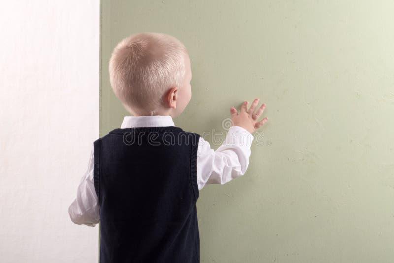 拿着横幅空白的愉快的孩子 看板卡快活圣诞节的问候 Xmas假日概念 库存照片