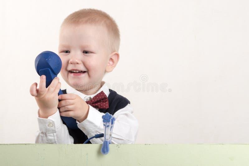 拿着横幅空白的愉快的孩子 看板卡快活圣诞节的问候 Xmas假日概念 免版税库存照片