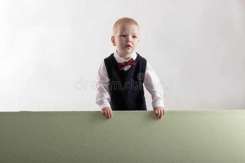 拿着横幅空白的愉快的孩子 看板卡快活圣诞节的问候 Xmas假日概念 图库摄影