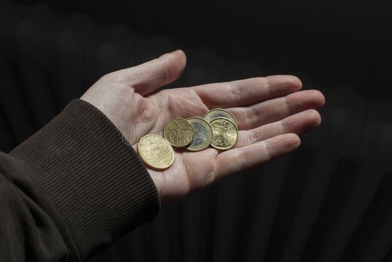 拿着欧洲硬币的手 库存照片