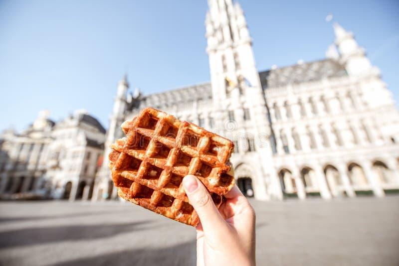拿着比利时华夫饼干户外 免版税图库摄影