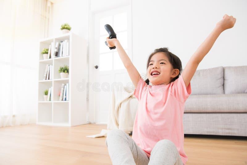 拿着比赛控制杆的小女儿孩子 库存图片