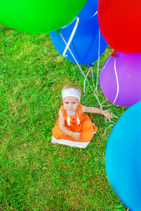 拿着气球的女孩 免版税库存图片