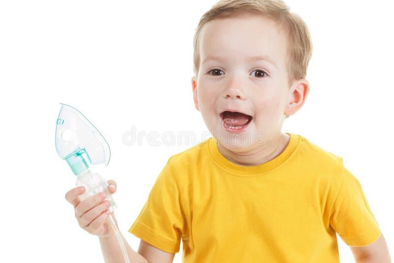 拿着氧气或吸入器标记的白种人孩子隔绝在白色 库存图片