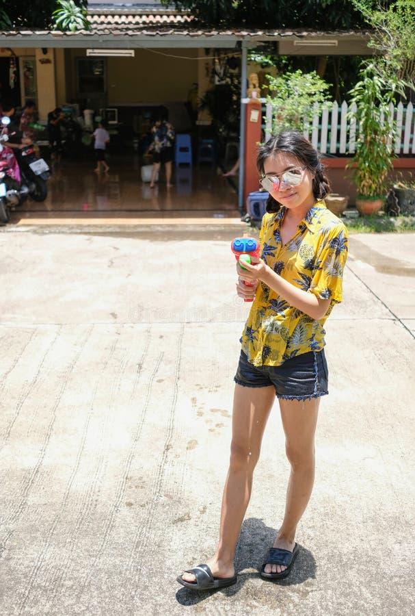 拿着水枪的泰国女孩在Songkran的天 库存照片