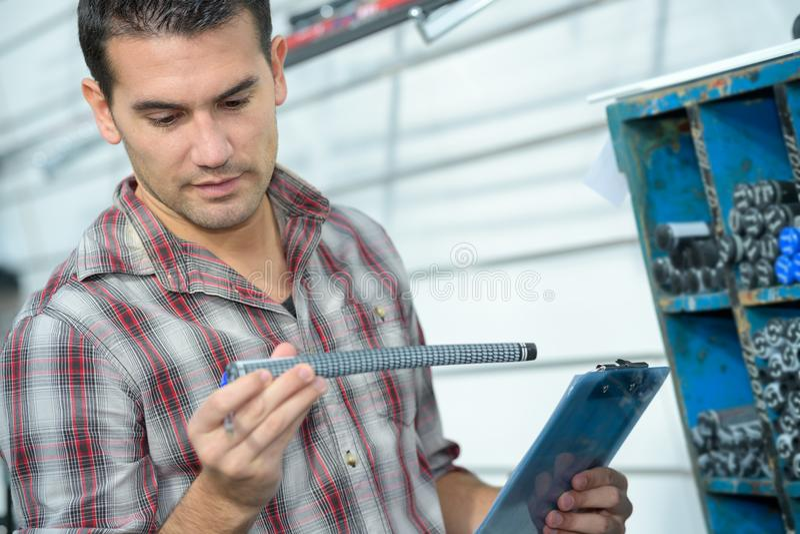 拿着水槽管子的英俊的男性水管工 免版税图库摄影