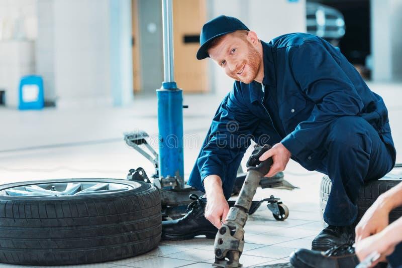 拿着汽车零件的Automechanic 免版税库存图片