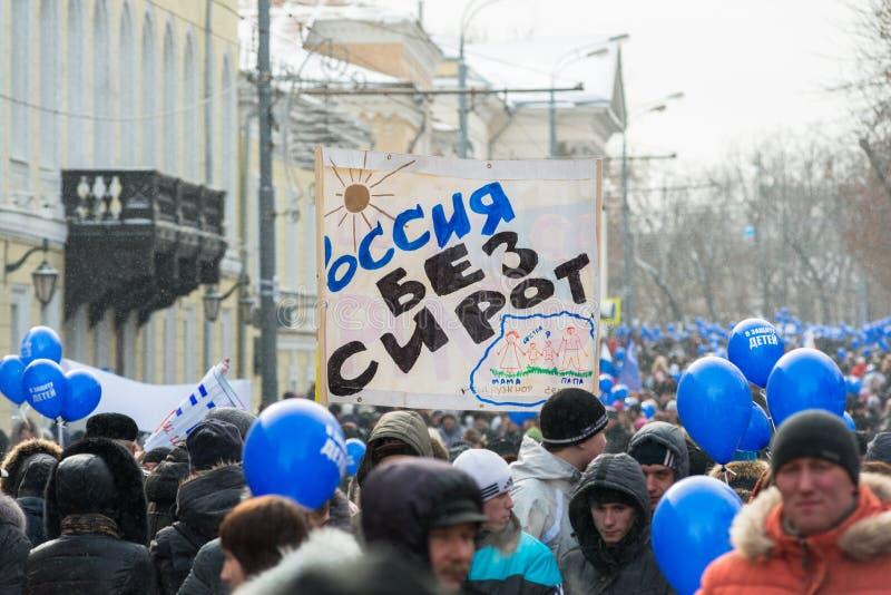 拿着海报的俄国示威者 免版税库存照片