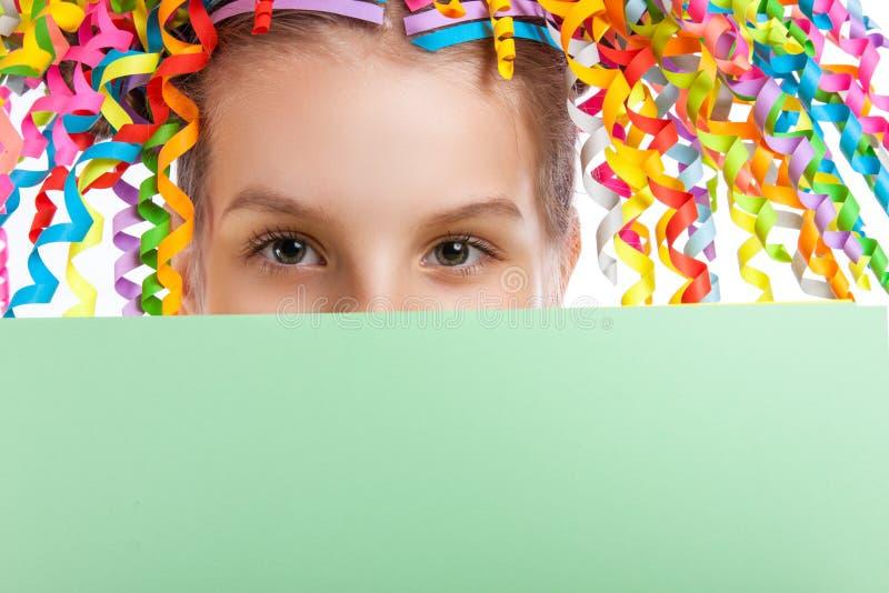 拿着海报的愉快的快乐的小女孩 免版税图库摄影