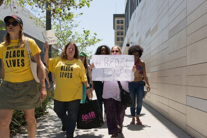 拿着海报的黑人生活问题抗议者在C的行军期间 免版税库存图片