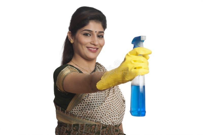 拿着清洗液的妇女的画象 免版税图库摄影
