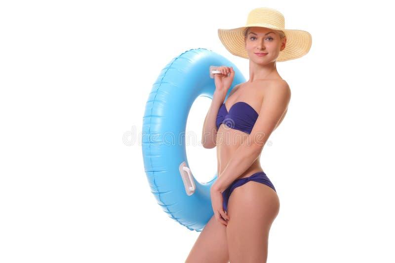 拿着游泳圆环的比基尼泳装的女性 免版税图库摄影