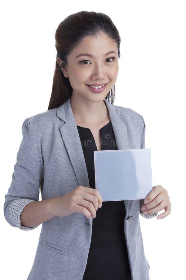 拿着灰色空白的标志的女实业家 库存图片