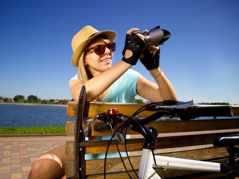 拿着照相机的愉快的女孩传神画象  库存图片