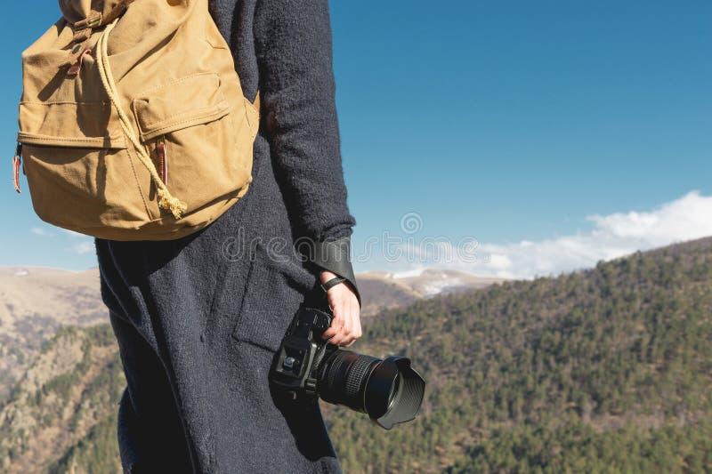 拿着照相机的摄影师户外 本质的女孩 回到视图 免版税库存照片