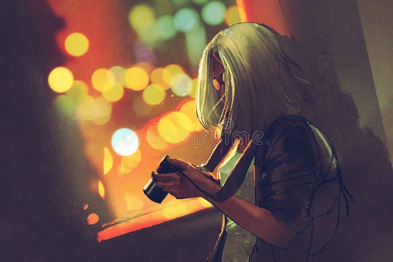 拿着照相机的年轻灰发的妇女在夜城市的窗口附近 库存例证