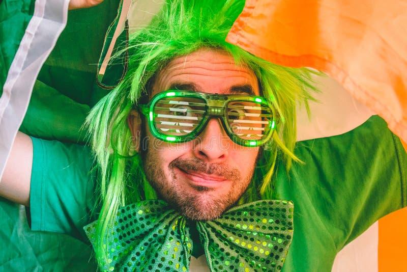 拿着爱尔兰旗子的一个人的画象 免版税库存照片
