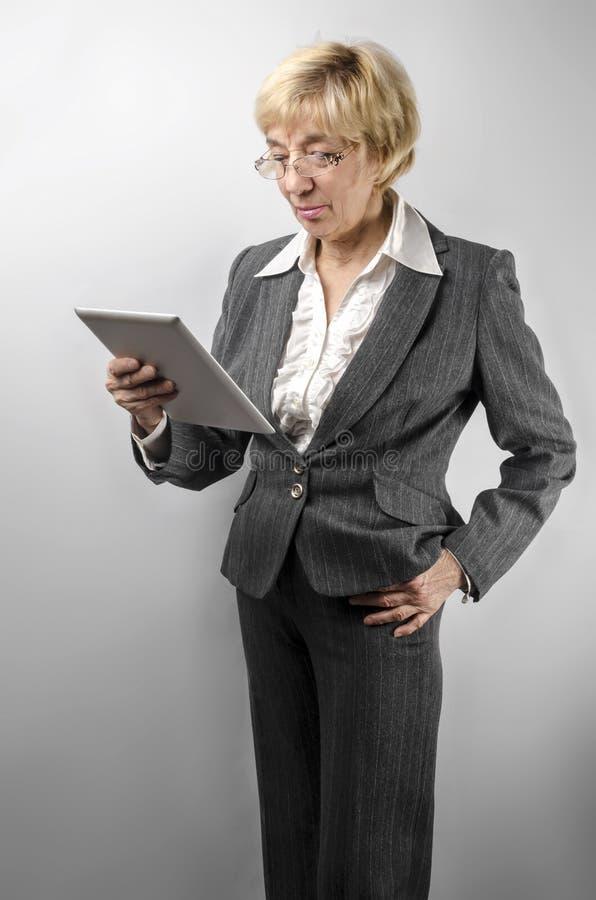 拿着片剂个人计算机的妇女 免版税库存图片