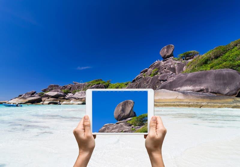 拿着片剂的女性手采取图片Similan海岛, Bea 免版税库存图片