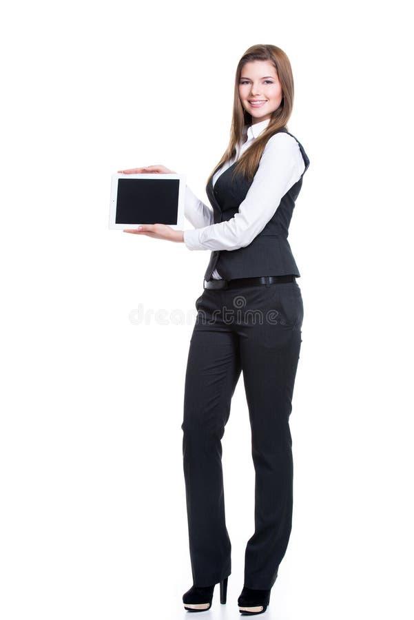 拿着片剂的愉快的女商人画象。 库存图片