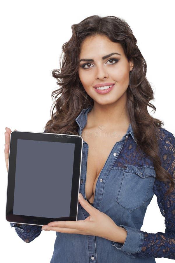 拿着片剂计算机的一个年轻和愉快的女孩 免版税库存照片